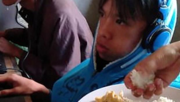 Photo of #Video Mamá Da De Comer En La Boca A Hijo Adicto A Videojuegos