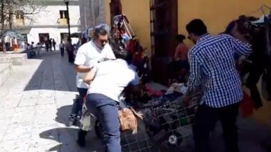 Photo of #Video Mujer Con Bebé En Brazos Es Despojada De Mercancía Por Inspectores Municipales