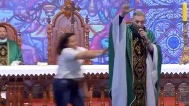 Photo of #Video Doña Empuja A Sacerdote En Plena Misa Desde Un Escenario