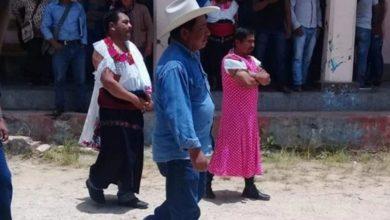 Photo of Por No Cumplir Promesas Visten De Mujer A Alcalde Chiapaneco