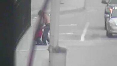 """Photo of #Video Denuncian A Vato Que Arrastraba A """"Mujer"""" Por La Calle; Era Una Muñeca"""