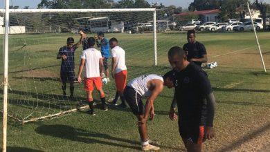 Photo of Futbolista Pierde Anillo De Compromiso Y Todo El Equipo Le Ayuda A Buscarlo