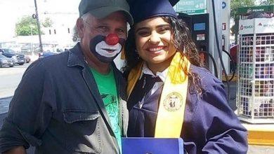 Photo of Graduada Sorprende Con Diploma A Su Papá Por No Poder Asistir; Es Despachador Y Payaso