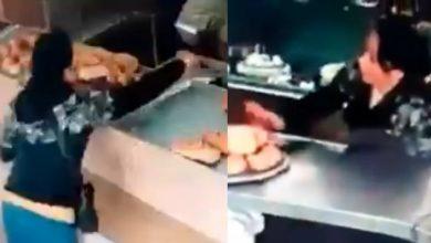 Photo of #Video Doña Finge Agarrar Pan Dulce Y Con Pinzas Roba Celular De Empleada