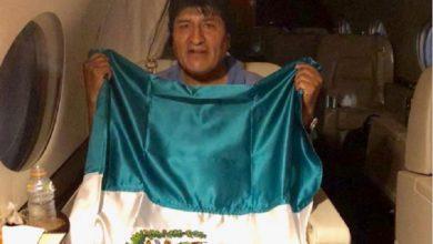 Photo of Evo Morales Posa Con Bandera Mexicana En Su Traslado Al Asilo