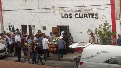 Photo of #WTF! Amigotes Llevan Ataúd De Su Compa A La Cantina Como Último Adiós