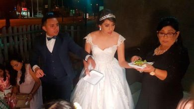 Photo of Recién Casados Reparten Banquete De Su Boda Afuera De Hospital Infantil