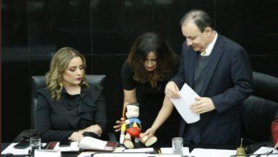 """Photo of Senadora Regala Muñeco De Pinocho A Durazo Para Que """"Piense Antes De Mentir"""""""