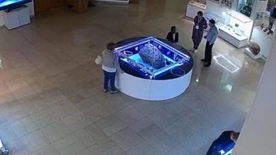 Photo of #Video ¡¿Qué Está Pasando?! Vidrio Que Resguarda Meteorito Se Levanta Por Sí Solo