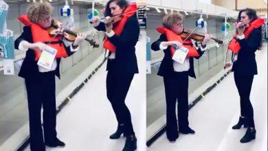 """Photo of #Video Violinistas Tocan Tema Del """"Titanic"""" Frente Estantes Vacíos De Papel Higiénico"""