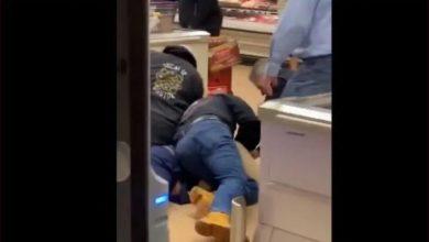 Photo of #WTF Someten Y Arrestan A Abuelito Que Tosió y Escupió Verduras De Súper Mercado