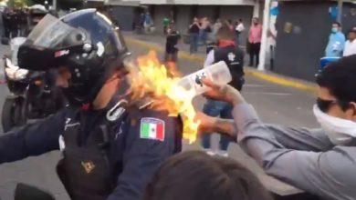Photo of Le Prenden Fuego A Policía De Guadalajara En Medio De Violentas Manifestaciones