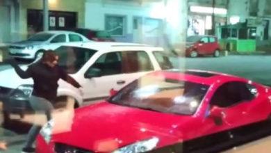 Photo of #Video Mujer Destroza El Carro De Su Esposo Al Verlo Estacionado Afuera De Un Motel