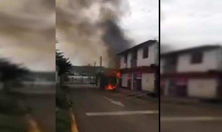 """#Video Sicarios Queman Casas Y Negocios Por """"Derecho De Piso"""" En Michoacán"""