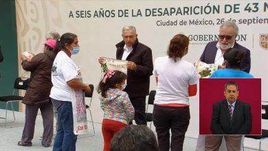 Photo of Madres De Los Desaparecidos En Ayotzinapa Entregan Prendas De Sus Hijos A AMLO