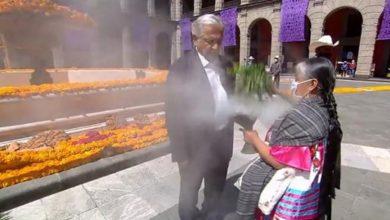 Photo of AMLO Recibe Limpia En Mera Inauguración De Altares Por Muertos Ante COVID-19