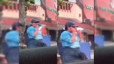 Photo of #Video Mujer Se Limpia Los Mocos Con Cubrebocas Que Vendía