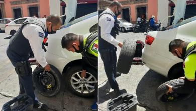 Photo of Polis De Morelia Ayudan A Mujer A Cambiar Llanta De Su Carro