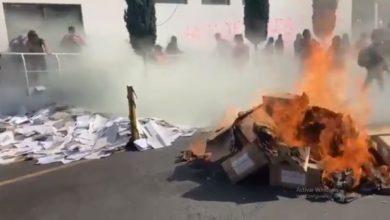 Photo of Feministas Queman Expedientes En CDMX Por Balazos En Manifestación En Cancún
