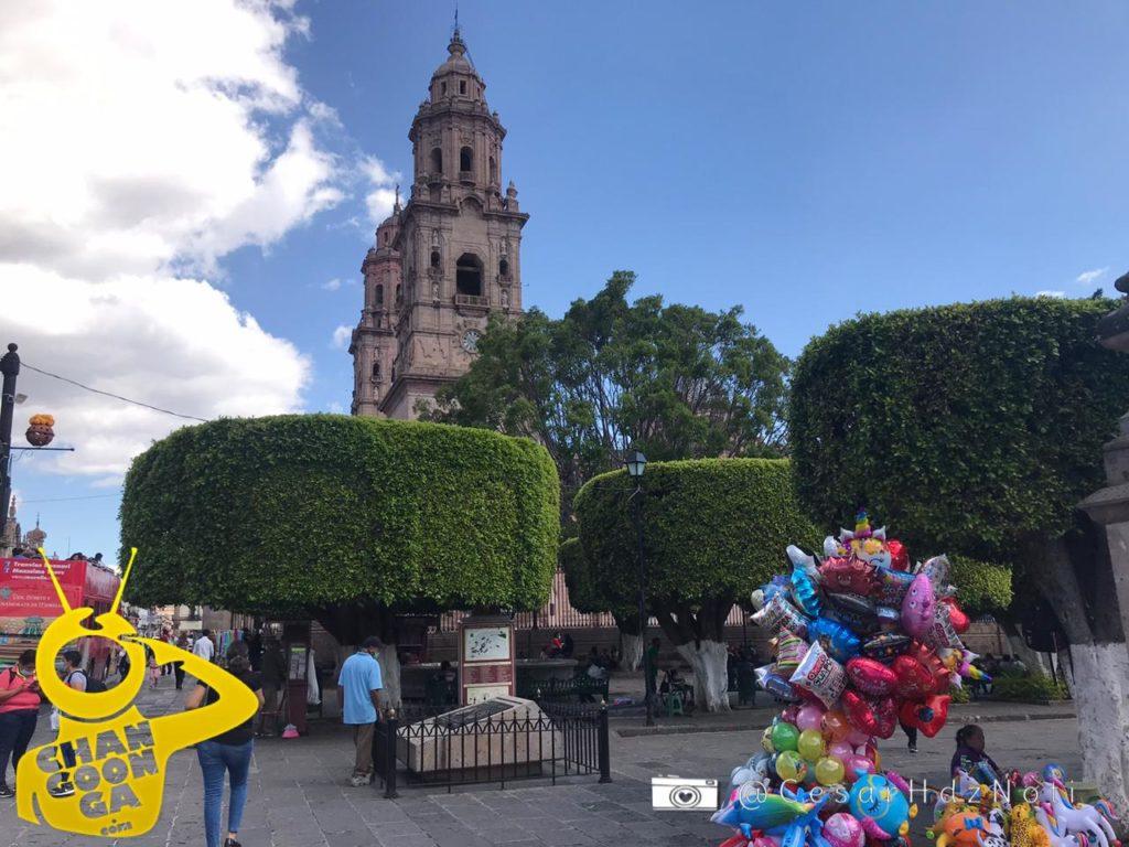 Morelianos y visitantes pasean este domingo en el Centro Histórico, la mayoría acata las medidas sanitarias para evitar el COVID-19, el uso de cubrebocas y la sana distancia prevalece en los espacios públicos.