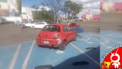 Photo of #Denúnciamesta Don v*rgas se estaciona en dos lugares para discapacitados en la Huerta