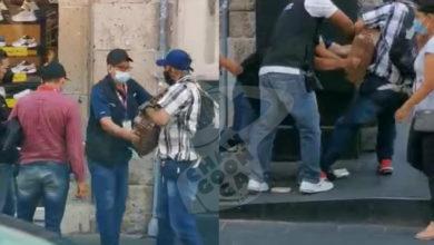 Photo of En Morelia: Lo Confunden Con Ambulante Y Forcejean Para Quitarle Sus 'Alegrías'