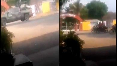 Photo of Pobladores Celebran Huida De Ejército En Aguililla Tras Enfrentamientos Con CJNG