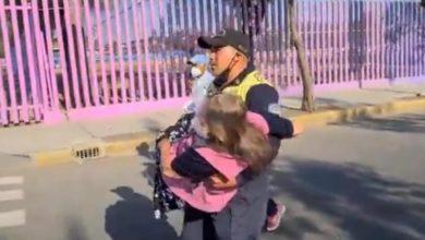 Photo of En CDMX: Poli Carga A Abuelita Para Llevarla A Vacunar