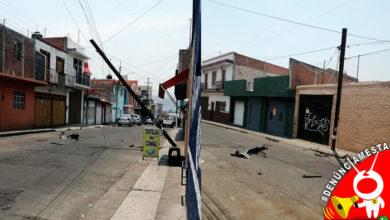 Photo of #Denúnciamesta Vato choca contra poste y lo deja colgando; autoridades no hacen nada